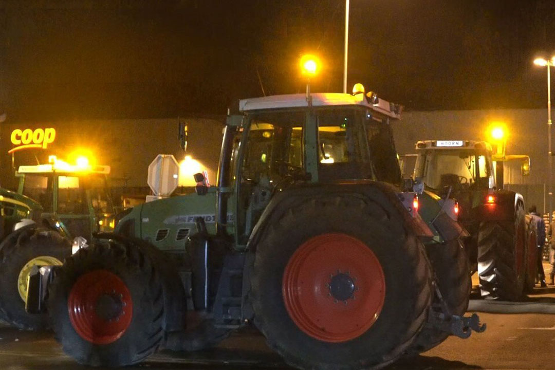 Drentse Boeren protesteerden bij de in en uitgang van het distributiecentrum van supermarkt keten COOP in het drentse Gieten in de nacht van vrijdag op zaterdag. - Foto: Novum RegioFoto