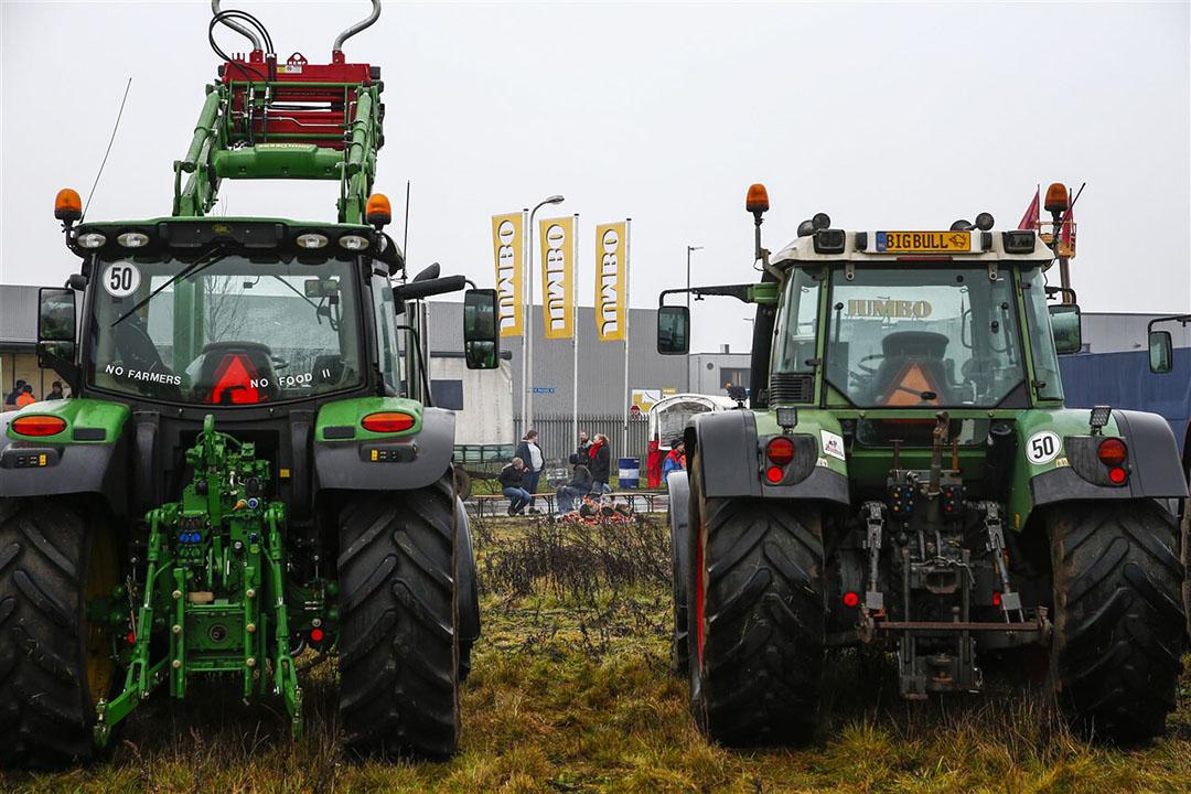 Een beeld dat in ieder geval tot 14 januari niet meer te zien zal zijn: boeren die actie voeren bij distributiecentra van supermarkten. - Foto: ANP