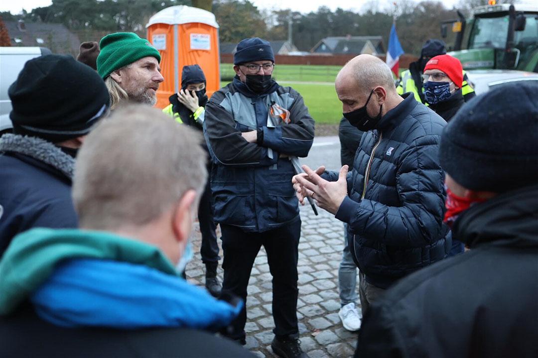 Een groep van ongeveer tien boeren is vanochtend naar het Brabantse Heeswijk-Dinther gegaan om te praten met Jumbo-directeur Frits van Eerd (3eR). Foto: ANP