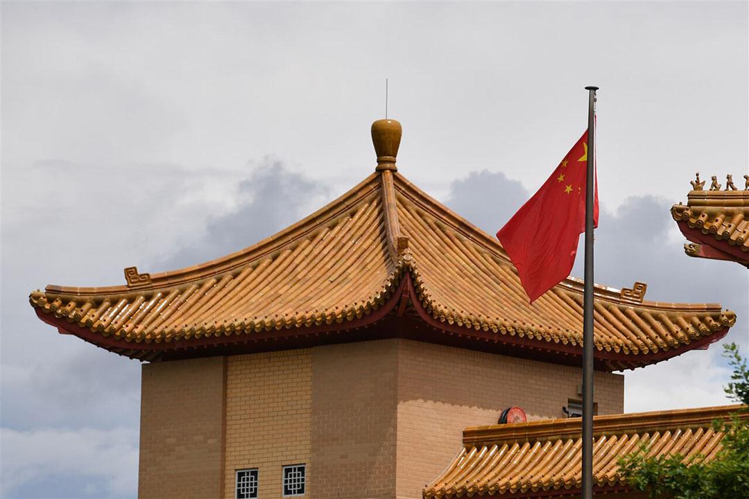 De Chinese vlag wappert op de Chinese ambassade in Canberra, Australië. - Foto: ANP