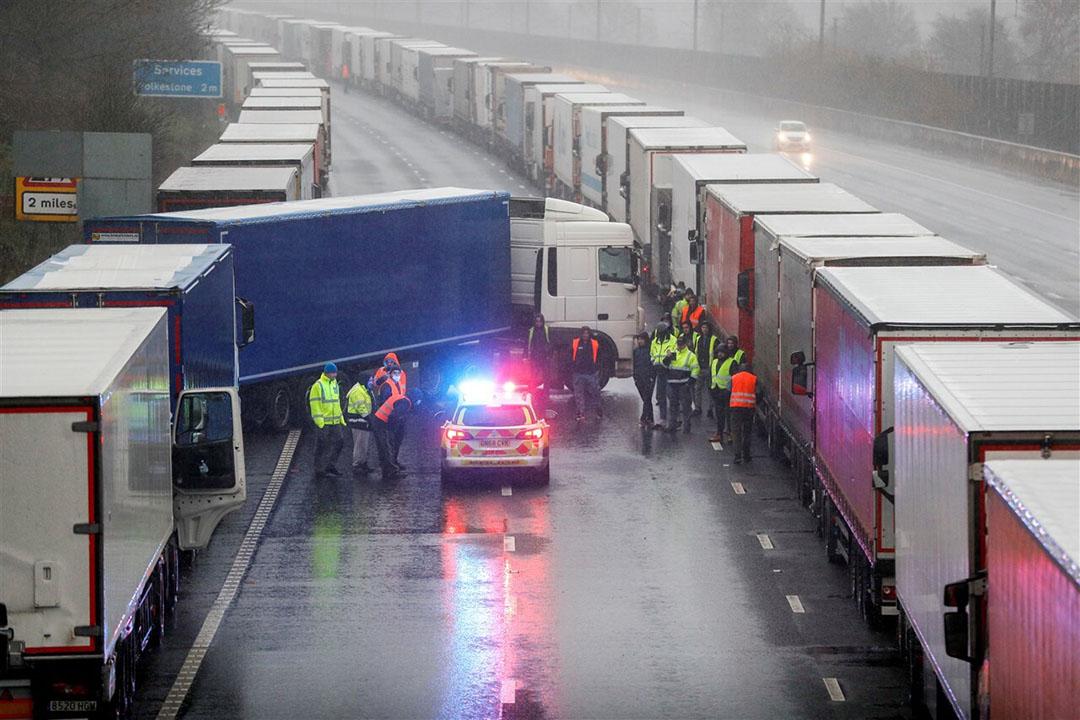 Lange files bij de haven van Dover. - Foto: ANP