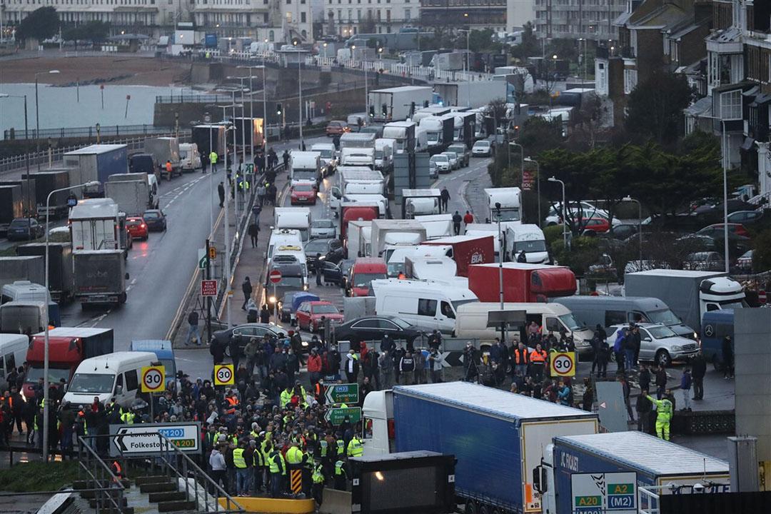 Truckers staan vast in Dover na sluiting van de Brits-Franse grens vanwege een gemuteerde variant van het coronavirus. - Foto: Stephen Lock/i-Images