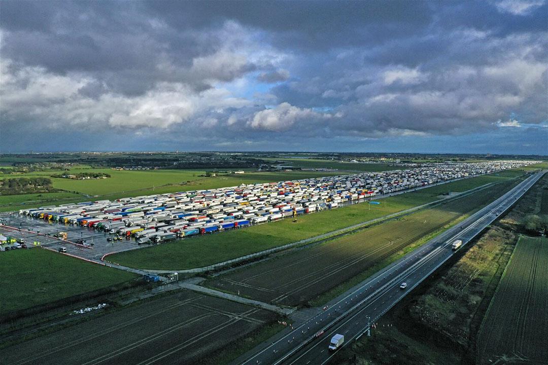 Vrachtwagens staan geparkeerd in Manston, Kent, nadat Frankrijk de grenzen sloot voor transport uit het Verenigd Koninkrijk. - Foto: ANP