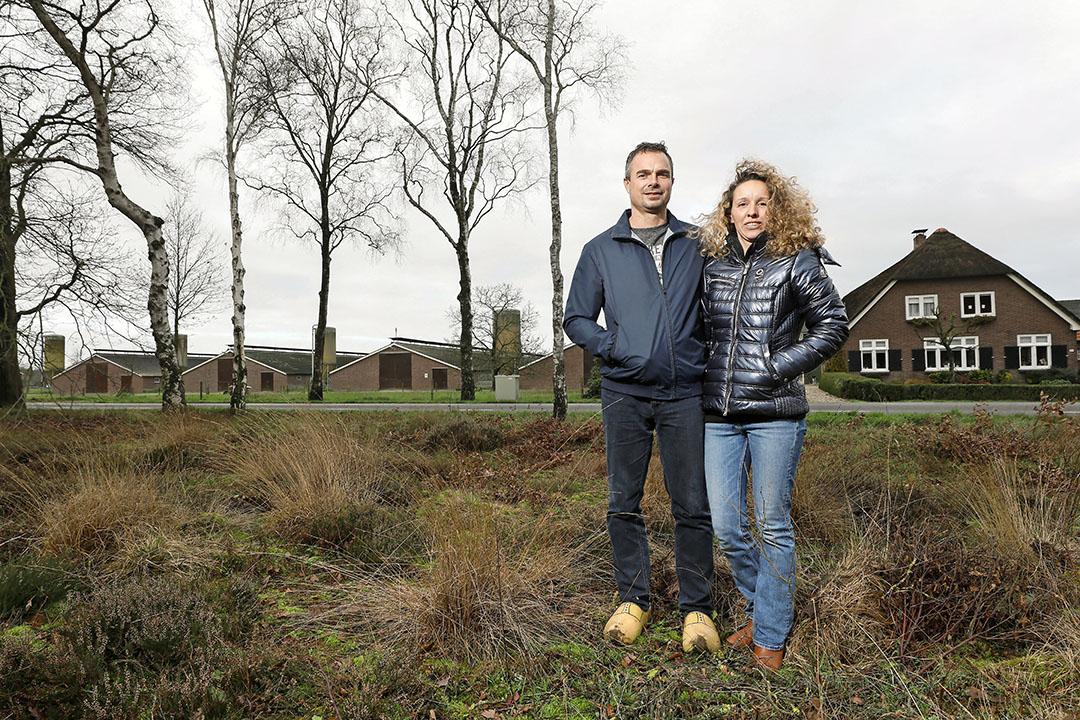 Jelle en Marianne Bakker voor hun door natuur omgeven kalkoenenbedrijf dat volgens het stikstofmodel Aerius een relatief hoge stikstofdepositie heeft. - Foto: Koos Groenewold