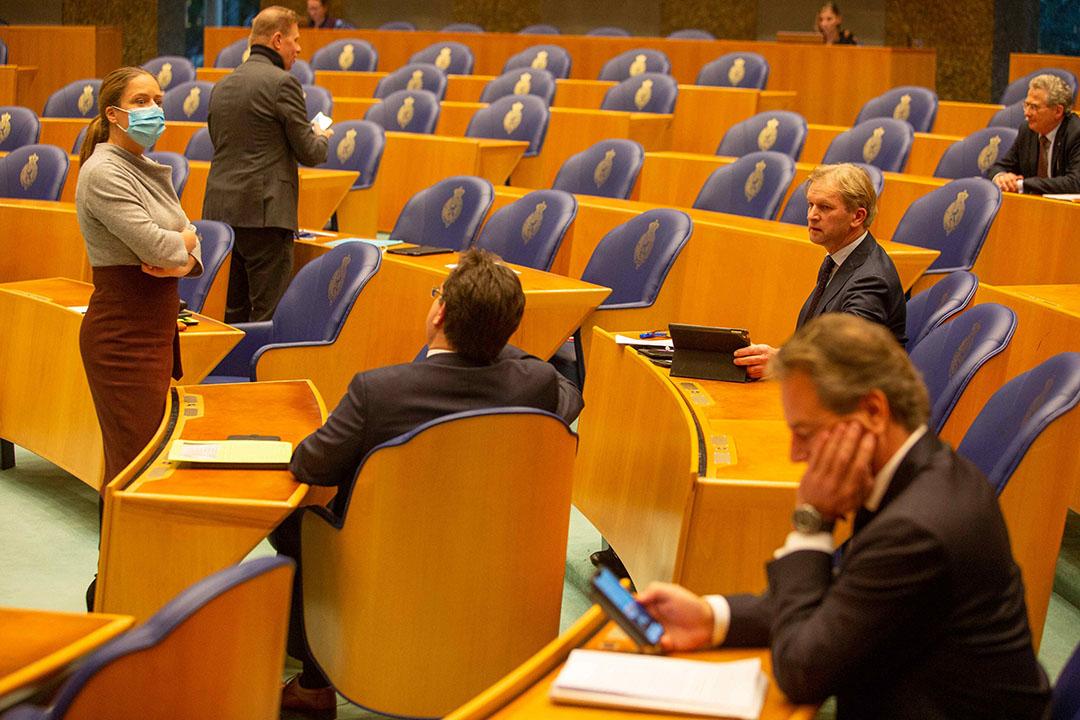 Landbouwminister Carola Schouten spreekt met Kamerleden. - Foto: Roel Dijkstra Fotografie