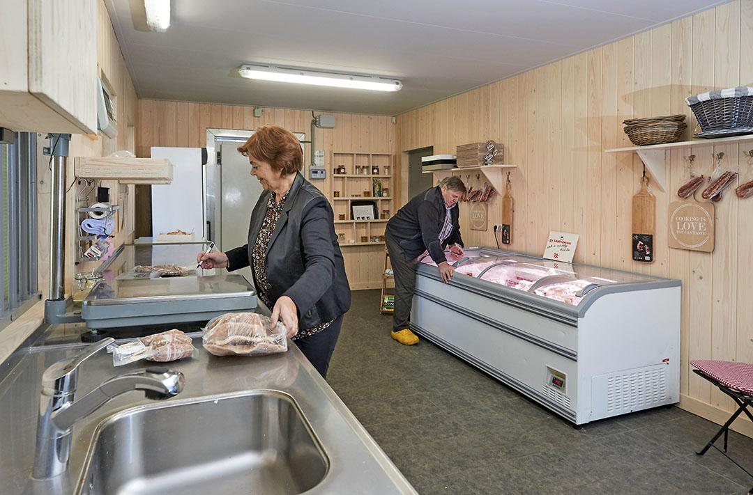 Verkoop van vlees bij een varkensbedrijf. - Foto: Van Assendelft Fotografie