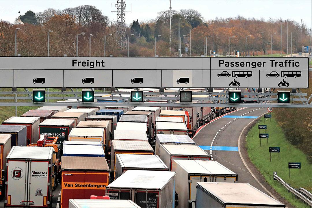De dagelijkse file voor de Kanaaltunnel. Die zou volgens Britse amtenaren aan beide zijden van de grens kunnen gaan verdubbelen. - Foto: Gareth Fuller/ANP