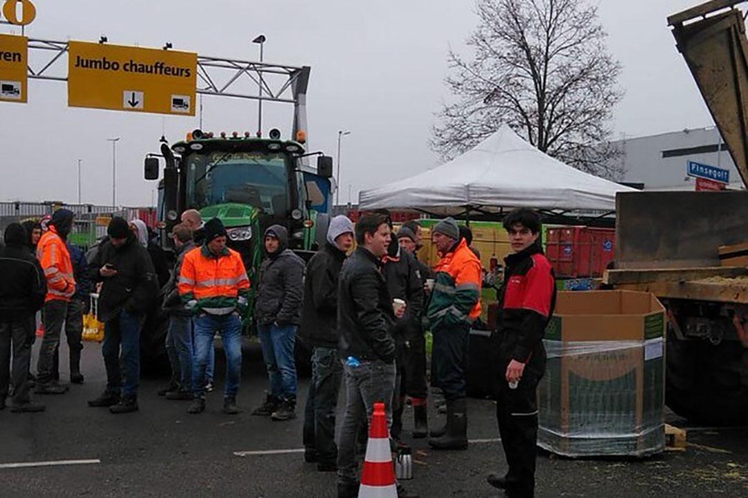 Protesterende boeren bij distributiecentrum Jumbo in Woerden (U.). - Foto: Evalien Smink