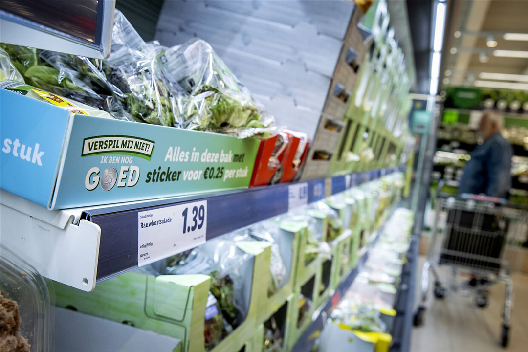 Afgeprijsde verse producten waarvan de houdbaarheidsdatum bijna is verstreken. - Foto: Koen van Weel/ANP