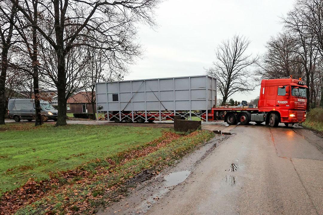 De mestverwerkingsinstallatie verlaat het erf van Vreba Melkvee in Vredepeel. - Foto: Bert Jansen