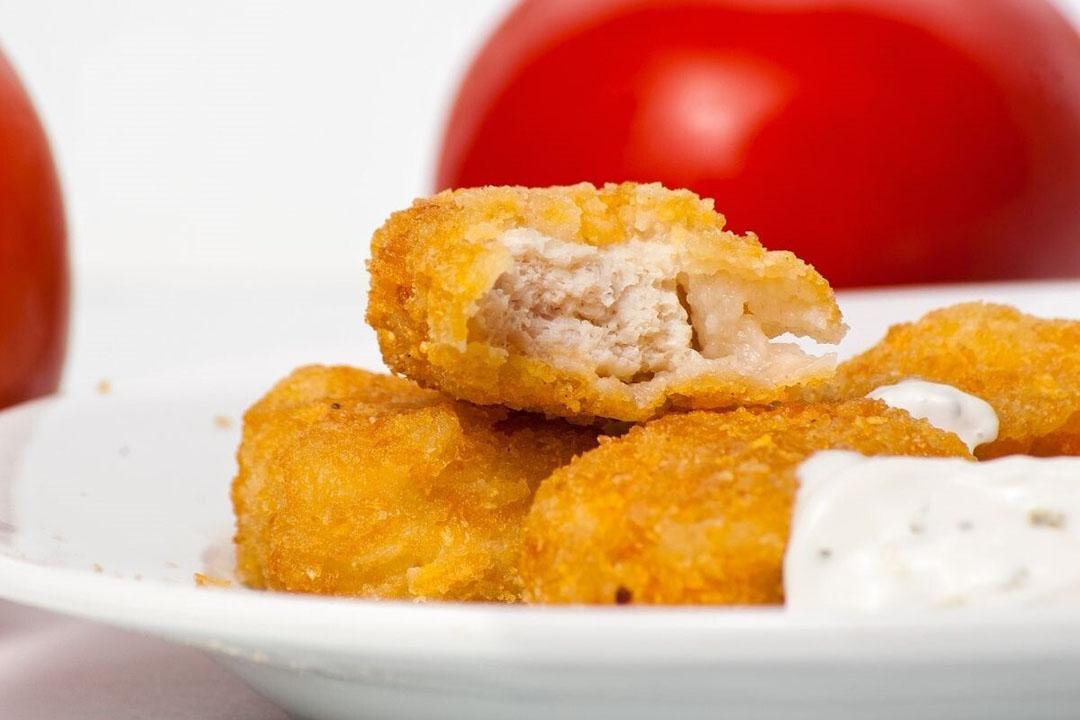 De goedkeuring heeft betrekking op vlees dat in kipnuggets wordt verwerkt. Foto: Canva