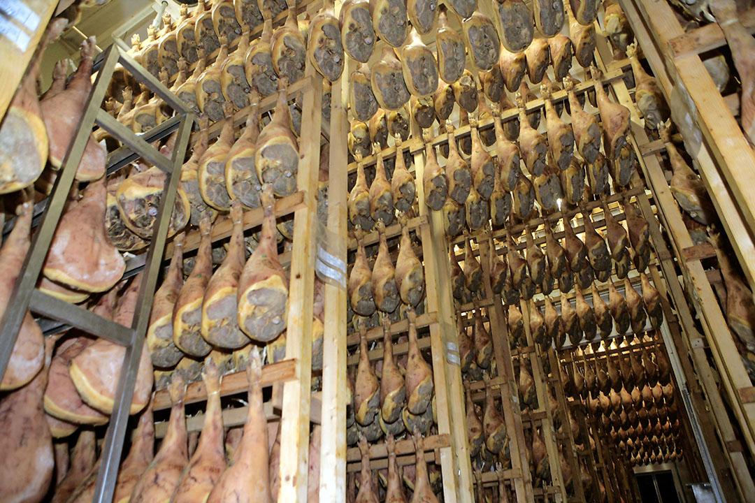 Italiaanse hammen hangen te drogen. De afzet van dit product valt grotendeels weg. Dat voelen Italiaanse varkenshouders in hun portemonnee. - Foto: Henk Riswick