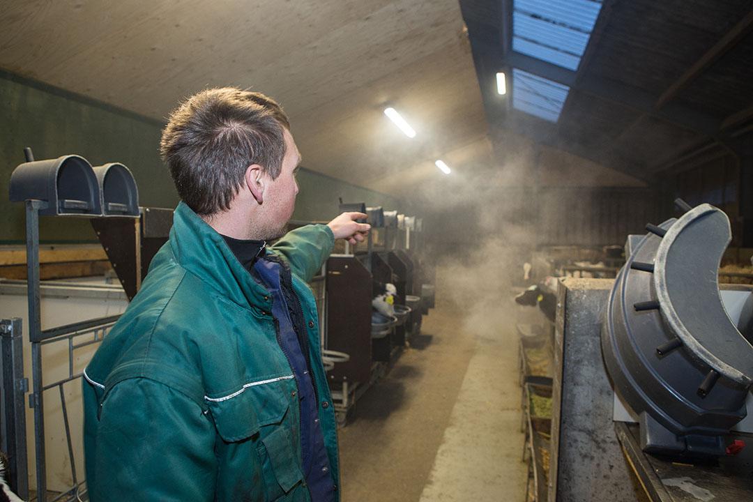 Een veehouder zet rook in om luchtstromen in kaart te brengen voor KoeKompas. Dit instrument is onderdeel van Koemonitor en levert verbeterpunten op in het management. - Foto: Peter Roek