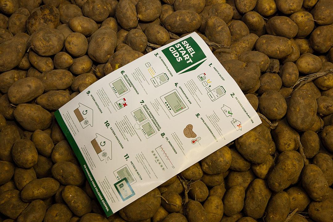 In de aardappelbewaring ligt een handleiding voor gebruik vernevelingsapparatuur. - Foto: Peter Roek