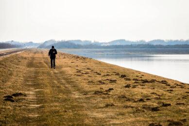 Wandelaar bij de Brouwersdam bij het Grevelingenmeer. - Foto: ANP