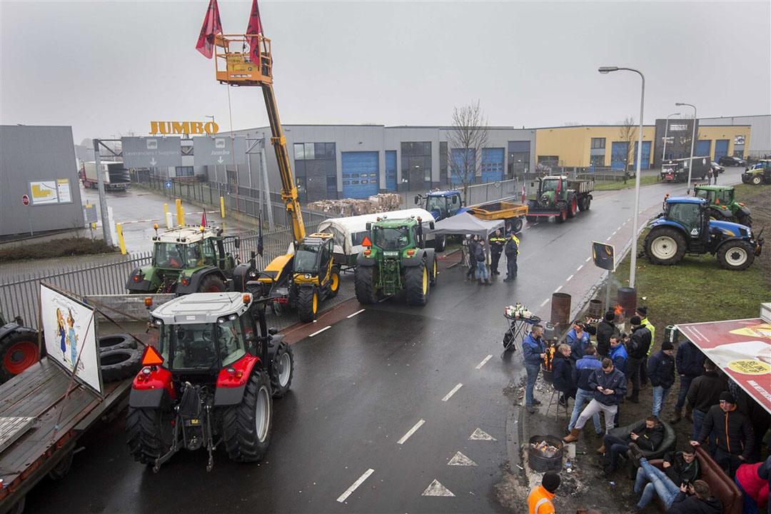 Boeren protesteerden op 12 december bij een distributiecentrum van Jumbo tegen de in hun ogen te lage prijzen die zij voor hun producten krijgen. - Foto: ANP