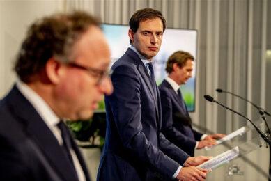 De ministers Koolmees, Hoekstra en Van 't Wout (opvolger van de vorige week opgestapte Wiebes) maken de details van de extra steunmaatregelen bekend tijdens de persconferentie op 21 januari. - Foto: ANP
