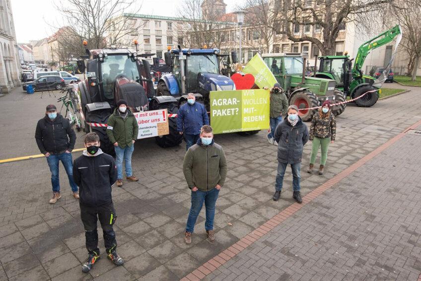 Sinds zondag zijn ook enkele honderden boeren afgereisd naar de Duitse stad Hannover. Foto: dpa Picture-Alliance via ANP