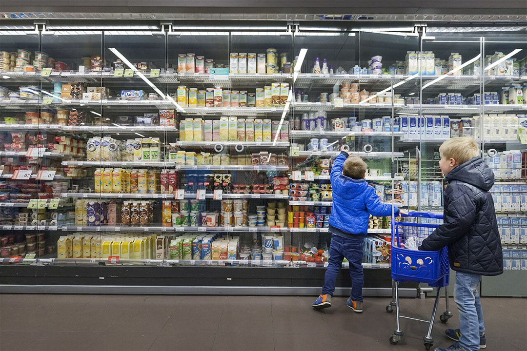 Rond 300 melkveehouders leveren melk die verwerkt wordt tot Albert Heijn-producten met het 'Beter voor Koe, Natuur en Boer'-logo. - Foto: ANP