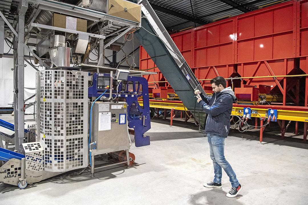 """Projectleider Kaj Walravens van Industrial Auctions maakt foto's voor de online veiling van de inboedel. """"Er zijn 180 kavels te vergeven op de veiling."""""""