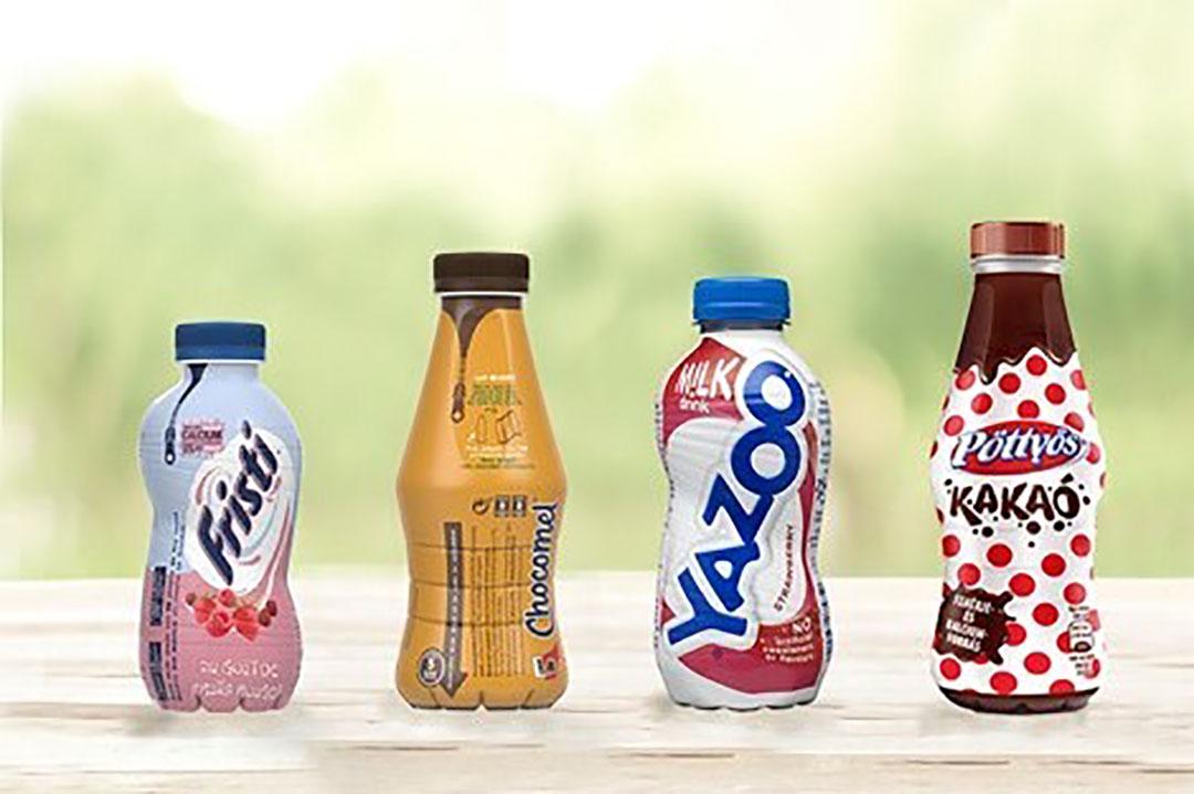 Enkele voorbeelden van de nieuwe PET-flessen van FrieslandCampina met 'afritsbare wikkel'. Foto: RFC
