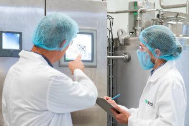 De oprichter van het bedrijf Jeff Hastings, links op de foto, verwacht dat de melk al in maart in de schappen van Australische supermarkten staat. - Foto: Naturo