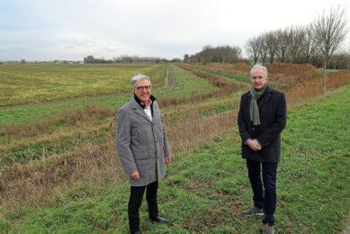 Pieter Brooijmans van Cosun Beet Company (links) en Willy Knop, wethouder gemeente Steenbergen, op de pilotlocatie van het Groene Cirkels initiatief 'Landbouw en openbaar groen'. Foto: Cosun Beet Company