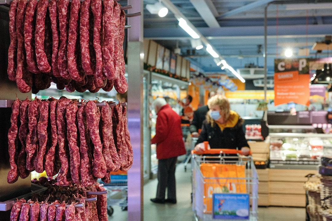 Naast het reguliere Coop-assortiment staan lokale producten van boeren uit de buurt in het schap. -Foto: Jan Willem van Vliet