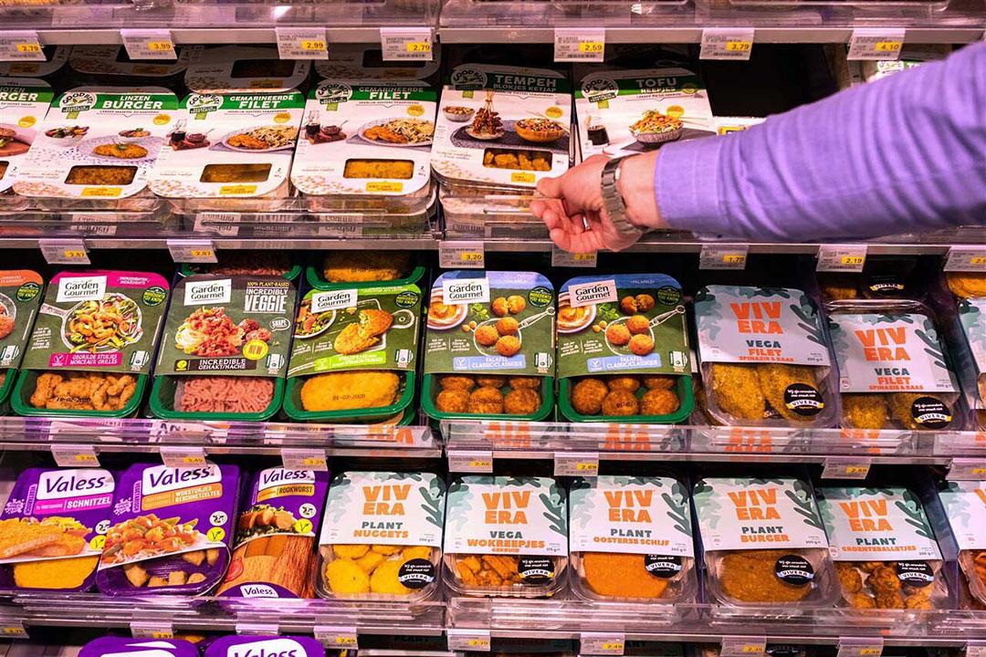 Een schap vol vleesvervangers in de supermarkt. Het aanbod neemt toe en de omzet stijgt. - Foto: Dirk Hol/Novum RegioFoto/ANP