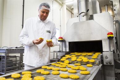 Algemeen directeur Willem van Weede van Vivera bij de productielijn van de vestiging in Holten. - Foto: ANP