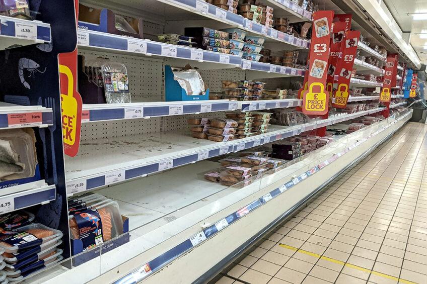 Lege plekken in het vleesschap van een Londense supermarkt, eind januari. - Foto: Rob Welham/Camera Press