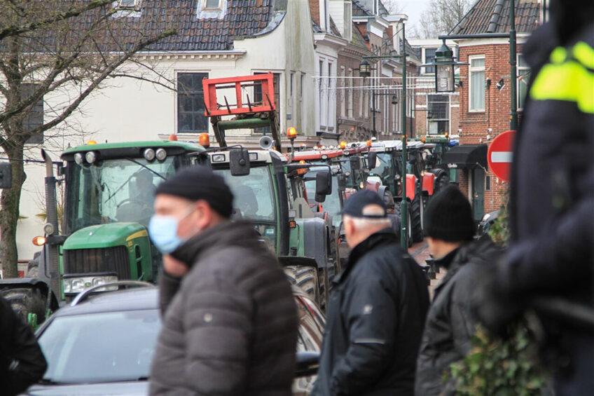 Boeren zijn maandagochtend met trekkers naar het stadhuis in het centrum van Dokkum gereden. De boeren willen bij een petitie aanbieden, nu de gemeente Noardeast-Fryslan een intentieverklaring over de Waddenagenda wil ondertekenen. Foto: ANP