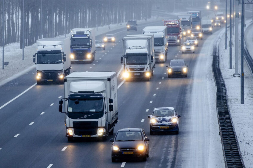 Langzaam rijdend verkeer op de A27 bij Houten op 8 februari. - Foto: ANP