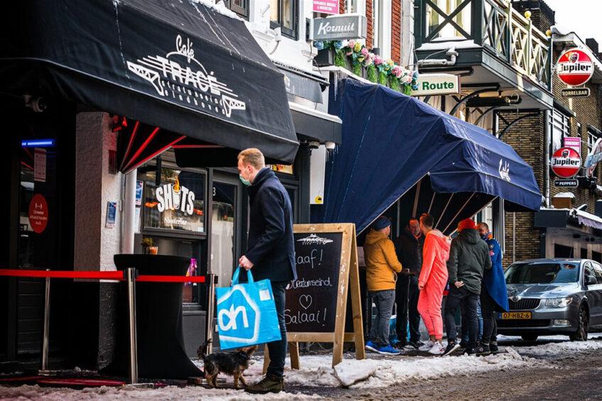 Feestvierders halen een carnavalspakket op bij een café in Eindhoven. De eerste helft van dit jaar zal voor horecaleveranciers nog weinig perspectief bieden. - Foto: ANP/HH/Rob Engelaar