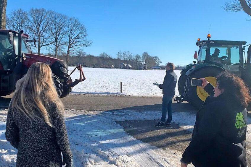 Lijsttrekker Caroline van der Plas ging bij vertrekkend CDA-Kamerlid Von Martels langs om hem het lidmaatschap van BoerBurgerBeweging aan te bieden. Een defilé van trekkers bood ondersteuning. - Foto: BoerBurgerBeweging