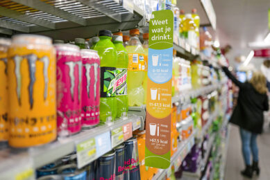 Flesjes en blikjes in een supermarktschap. Op alle flesjes kleiner dan 1 liter wordt vanaf 1 juli 15 cent extra geheven, vanaf 31 december 2022 komt ook statiegeld op blikjes. Foto: ANP