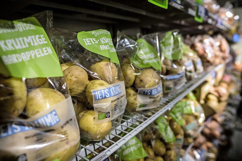 Aardappelschap in een supermarkt. In de toekomst moeten we toe naar een systeem van true-pricing waarbij ook verduurzamingskosten worden betrokken in de consumentenprijs, zegt Pierre Berntsen van ABN Amro. - Foto: Roel Dijkstra