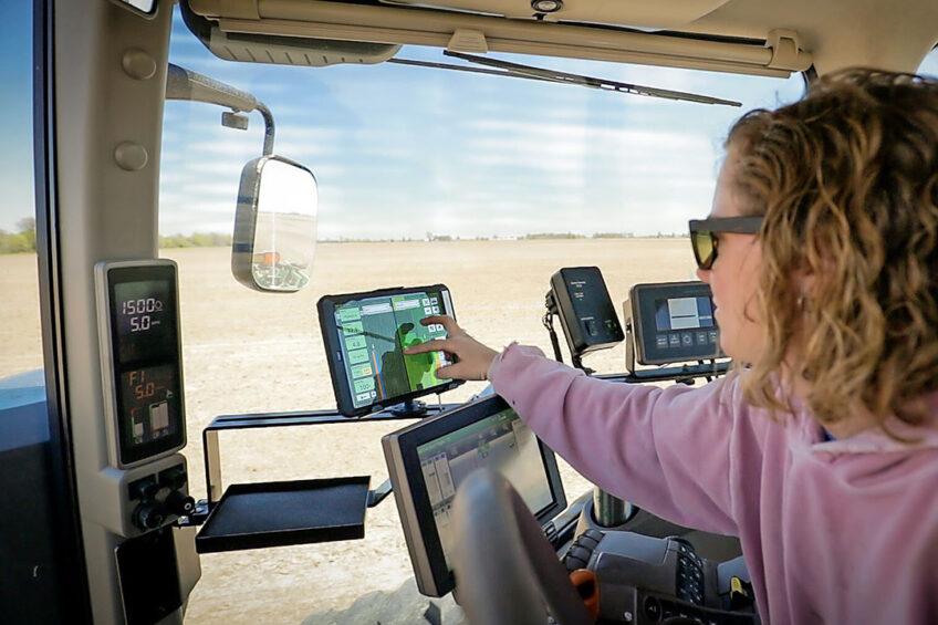 Gebruik van het FieldView-account op een tablet in de cabine van een trekker bij het zaaien van een gewas. Foto: Bayer