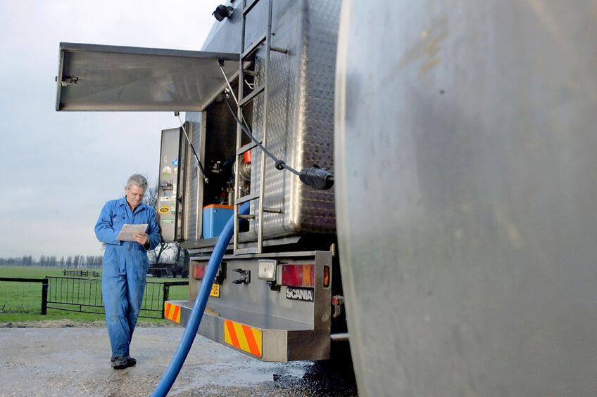 Melk wordt opgehaald op een melkveehouderij. Britse boerenbonden vinden dat melkveehouders te veel en te lang een te groot deel van het risico in de keten dragen door ontoereikende contractvoorwaarden. - Foto: Hans Prinsen