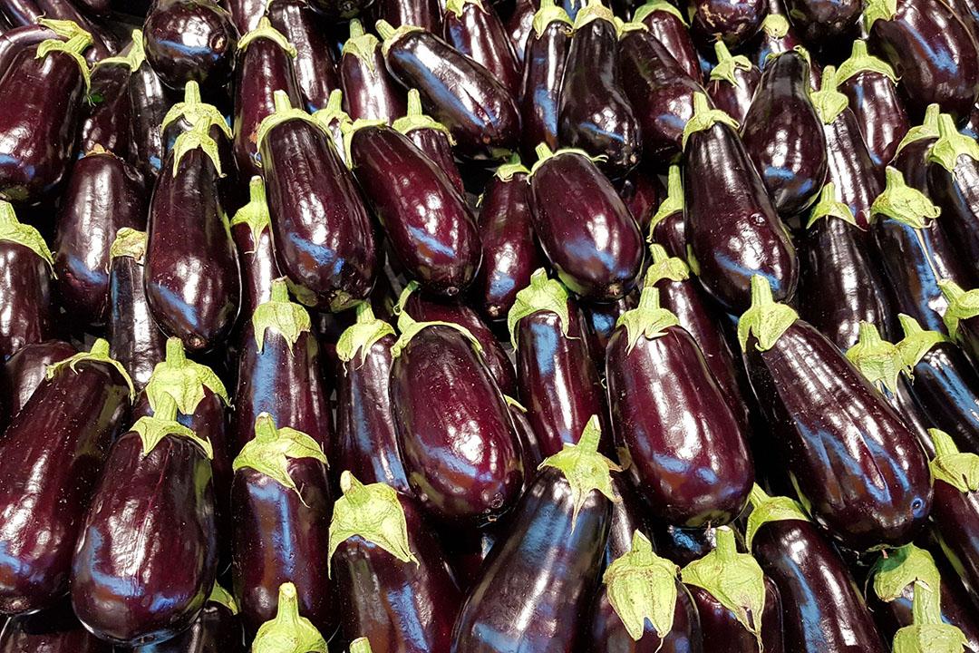In 2020 kocht 26% van de Nederlanders ten minste één keer een aubergine. Dat is een flinke sprong ten opzichte van 2019, toen nog maar 21% de groente weleens uit het schap pakte. - Foto: Canva.com