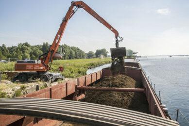 Mesttransport per binnenschip naar Polen. - Foto: Koos Groenewold