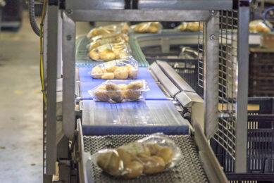 Het verpakken van aardappelen bij Leo de Kock. - Foto: Koos Groenewold