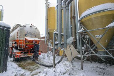 Het leveren van voer en bijproducten ging vorige week gewoon door ondanks de sneeuwval. - Foto: Bert Jansen