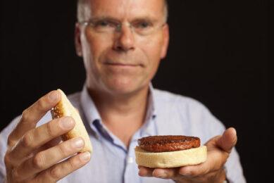 Mark Post, medeoprichter van Mosa Meat, met een kweekvleeshamburger. - Foto: Mosa Meat