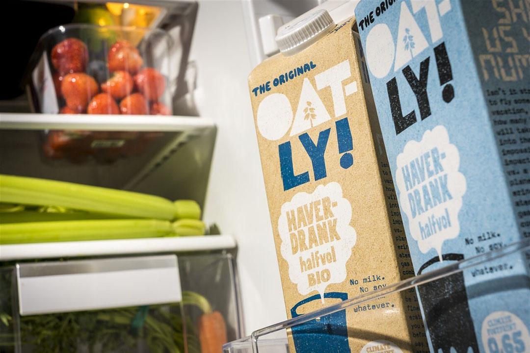 Pakken havermelk in de koelkast. Productnamen van zuivel zijn wettelijk beschermd in Europa. Zo mogen plantaardige zuivelproducten niet de naam 'melk' of 'yoghurt' hebben, zoals 'havermelk' of 'sojayoghurt'. Foto: ANP