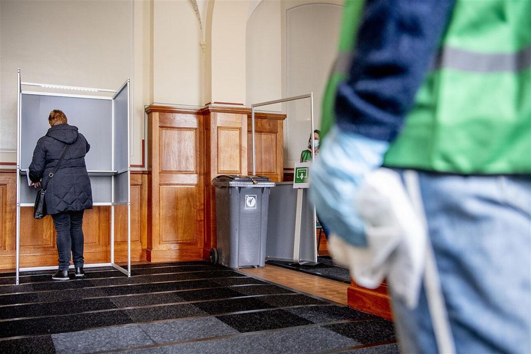 Een stembureau in het stadhuis van Rotterdam waar kwestbare een stem kunnen uitbrengen. Dit jaar zijn de mogelijkheden om in een stembureau een stem uit te brengen uitgesmeerd over drie dagen vanwege de coronamaatregelen. Foto: ANP