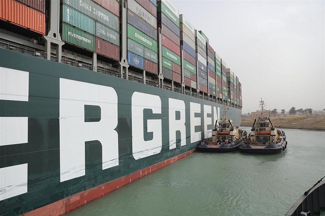 Het in het Suez-kanaal gestrande containerschip Ever Given, een van 's werelds grootste containerschepen. - Foto: Hollandse Hoogte/AP