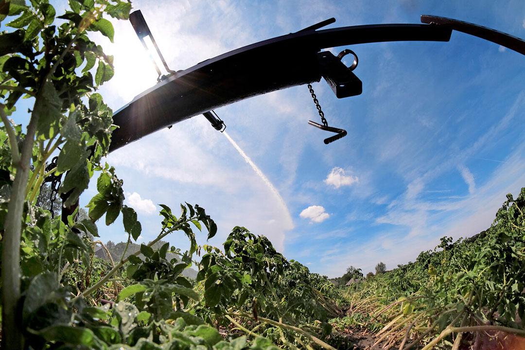 Aardappelen worden beregend tijdens de droge zomer van 2018. Droogte is de grootste schadepost waarvoor verzekeraars uitbetalen, vooral in aardappelen en uien. - Foto: Hans Prinsen