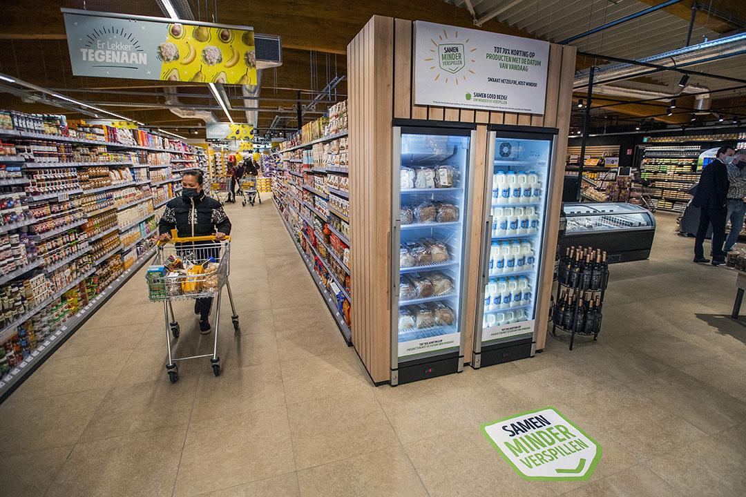Een schap met afgeprijsde producten waarvan de houdbaarheidsdatum afloopt. Foto: Jeroen van Eijndhoven/Beeld Werkt