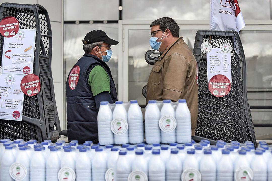 Boeren verkopen hun producten (eieren, melk, brood, salade en vlees) voor een E.Leclerc-supermarkt om de lage prijzen van grote retailers aan de kaak te stellen. Foto: ANP